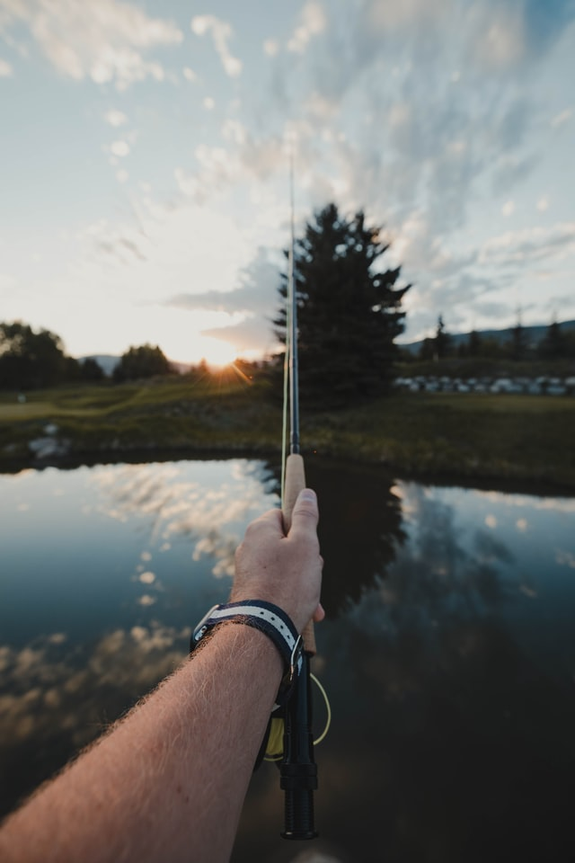 proper way to hold a fishing rod - left hand